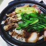 """le traditionnel """"clay pot"""", tout simplement parce que le boeuf cuit lentement avec le riz dans un plat en terre cuite. Ils mijotent doucement dans une sauce à base de vinaigre, d'anis étoilé, de soja, de choux... Ce qui donne un riz parfumé et légèrement croustillant par endroit."""